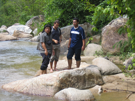 Azman Ghani (Universiti Malaya), Mike Cottam (SEARG) and Adni, talk granites on the Pergau River